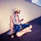 Planchiste de fille de hippie écoutant la musique Photos libres de droits