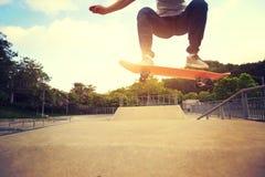 Planchiste faisant de la planche à roulettes au skatepark Photographie stock