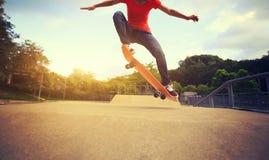 Planchiste faisant de la planche à roulettes au skatepark Photos stock