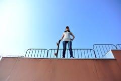 Planchiste faisant de la planche à roulettes au skatepark Photos libres de droits