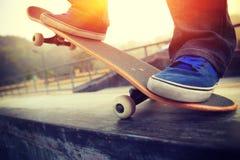 Planchiste faisant de la planche à roulettes au skatepark Photographie stock libre de droits