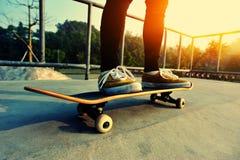 Planchiste faisant de la planche à roulettes au skatepark Image libre de droits