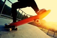 Planchiste faisant de la planche à roulettes au skatepark Images libres de droits