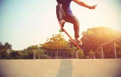 Planchiste faisant de la planche à roulettes au skatepark Photo stock