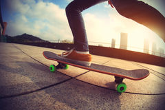 Planchiste faisant de la planche à roulettes sur la ville Photo stock