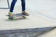 Planchiste faisant de la planche à roulettes sur une planche à roulettes Image libre de droits