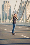 Planchiste se tenant sur le pont et indiquant vous avec le sien photos libres de droits