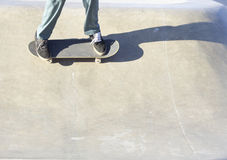 Planchiste sur la planche à roulettes Image libre de droits