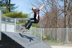 Planchiste sur un rampe de patin Photo libre de droits