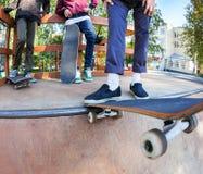 Planchistes dans le skatepark Photographie stock