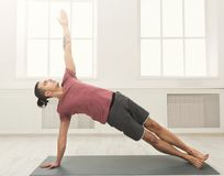 Plancia dell'uomo di forma fisica che si prepara all'interno Fotografia Stock