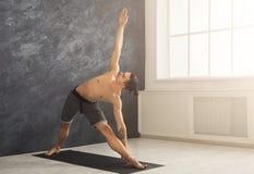 Plancia dell'uomo di forma fisica che si prepara all'interno Immagine Stock