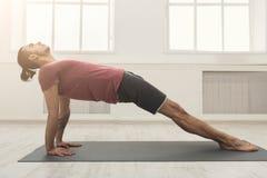 Plancia dell'uomo di forma fisica che si prepara all'interno Fotografia Stock Libera da Diritti