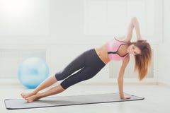 Plancia della donna di forma fisica che si prepara all'interno Fotografie Stock Libere da Diritti