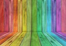 Plancia di legno con il fondo di colore dell'arcobaleno Fotografia Stock