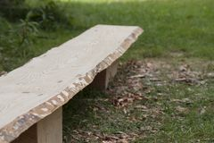 Plancia di legno del pino senza buccia prima del processo d'abrasione Immagini Stock Libere da Diritti