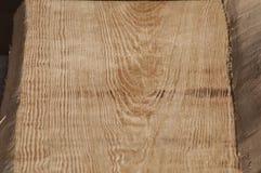 Plancia di legno senza buccia per il soffitto della casa di ceppo dopo il processo con la smerigliatrice di angolo Fotografia Stock