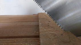Plancia di taglio con la sega della mano Immagini Stock