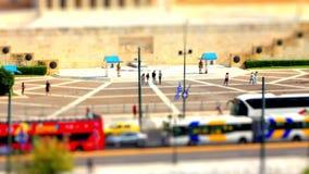Plandeka czasu upływu zmianowy wideo parlamentów strażnicy w środkowym Ateny, Grecja z samochodowym ruchem drogowym zdjęcie wideo
