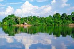 Plandeka dom na amazonki rzece zdjęcia royalty free