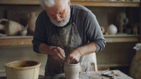 Plandeka strzał wykwalifikowanego rzemieślnika garncarki formierstwa fachowa glina i robić toczyć garnek na miotaniu Popielaty z  zdjęcie wideo