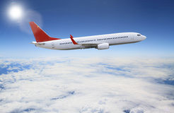 Planeлетая над облаками Стоковые Фото