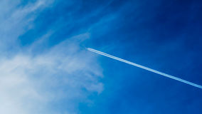 Plane Fling on Sky Leaving Contrailss Royalty Free Stock Photography