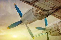 Plane flying into the sunset Royalty Free Stock Photos