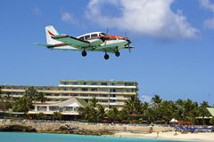 Plane landing in Maho bay in St Maarten, Caribbean Royalty Free Stock Photos