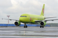 Plane makes taxiing on taxiway Domodedovo International Airport Stock Images