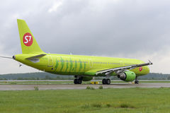 Plane makes taxiing on taxiway Domodedovo International Airport Stock Photography