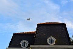 plane skyen Arkivbild