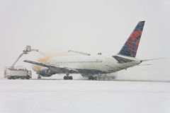 plane under de-icing process Royalty Free Stock Photos
