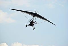 Planeador de caída motorizado en vuelo 02 imagenes de archivo
