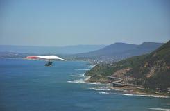 Planeador de caída que se eleva sobre la costa de NSW Fotografía de archivo