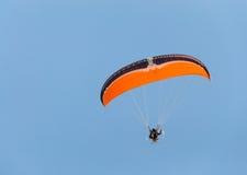 Planeador de Para y cielo azul Imagen de archivo libre de regalías
