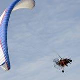 Planeador de Paramotor en el cielo Imagen de archivo libre de regalías