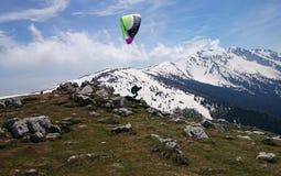Planeador del paracaídas - lago Garda Italia Imágenes de archivo libres de regalías