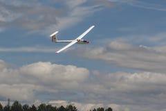 Planeador en aire durante el acontecimiento deportivo de la aviación dedicado al 80.o aniversario de DOSAAF Imagen de archivo