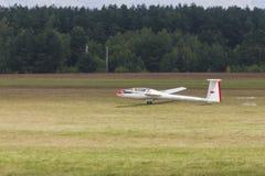 Planeador en pista del despegue y de aterrizaje durante el acontecimiento deportivo de la aviación dedicado al 80.o aniversario d Foto de archivo libre de regalías
