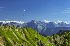 Planeadores de caída sobre las montañas imagen de archivo