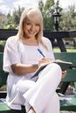 Planeamento bonito da jovem mulher Imagens de Stock Royalty Free