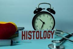 Planeamento da histologia no fundo da tabela de funcionamento com materiais de escritório imagem de stock