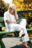 Planeamento da jovem mulher Fotografia de Stock Royalty Free