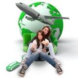 Planeamento da viagem da mamã e da filha Fotos de Stock