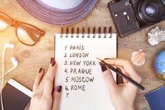 Planeamento da viagem do curso A mulher escreve no caderno Imagens de Stock Royalty Free