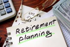 Planeamento de aposentação escrito em um bloco de notas fotos de stock