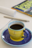 Planeamento do curso ao apreciar uma chávena de café Imagem de Stock