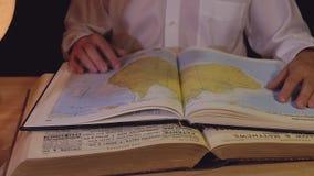 Planeamento do curso do vintage com a UNHA DO POLEGAR do globo e da ampulheta do livro do mapa png filme