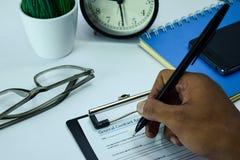 Planeamento geral do acordo de contrato no fundo da tabela de funcionamento com materiais de escritório imagens de stock
